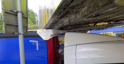 Kamioňáci poškodili trolejové vedení v podjezdu a jeli dál