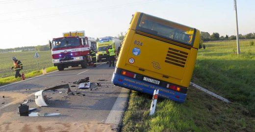 Střet automobilu s autobusem MHD narušil dopravu v Otrokovicích