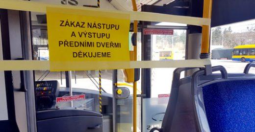 Obnovujeme zákaz používání předních dveří a přerušujeme prodej jízdenek u řidičů